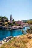 Meaditteraneam-Hafen mit einer Kirche Stockfotos