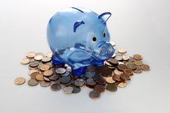 Mealheiro azul em moedas de um centavo canadenses imagens de stock royalty free