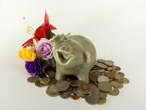 Mealheiro cerâmico redondo com a vários tipos e flor da moeda imagem de stock