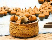 Mealheiro da cerâmica na cesta Imagem de Stock