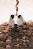 Mealheiro de Chrome com moedas de um centavo Fotos de Stock Royalty Free