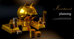 Mealheiro do ouro e moedas empilhadas Imagem de Stock Royalty Free