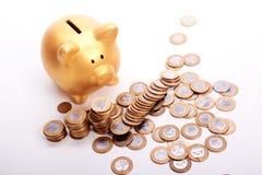 Mealheiro dourado com economias nas moedas do dinheiro brasileiro Foto de Stock