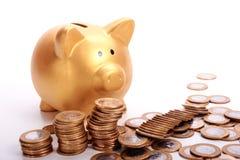 Mealheiro dourado com economias nas moedas do dinheiro brasileiro Foto de Stock Royalty Free