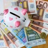 Mealheiro e euro- cédulas em uma tabela de madeira finanças saving foto de stock royalty free