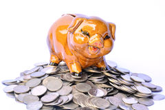 Mealheiro em moedas da pilha, em estação financeira, do imposto e em sucesso sobre Imagens de Stock Royalty Free