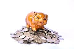 Mealheiro em moedas da pilha, em estação financeira, do imposto e em sucesso sobre Fotografia de Stock