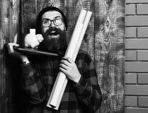 Mealheiro no portátil na camisa quadriculado com chapéu e vidros no fundo de madeira do estúdio do vintage marrom bearded fotos de stock
