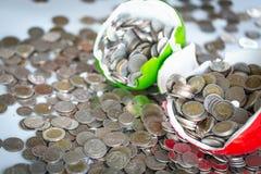 Mealheiro quebrado e moedas do dinheiro dispersadas atrav?s do assoalho Conceito financeiro do problema foto de stock royalty free