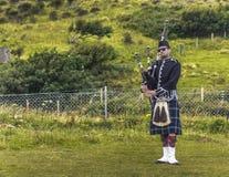 MEALTFALLS, ESCOCIA/KINDOM UNIDO - 19 DE AGOSTO DE 2016: Gaitero en falda escocesa escocesa tradicional imagen de archivo