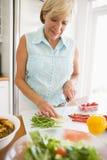 mealtime еды подготовляя женщину стоковая фотография