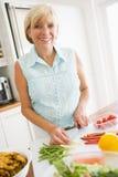 mealtime еды подготовляя женщину стоковое фото rf