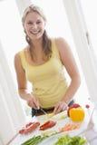 mealtime еды подготовляя женщину стоковые фото