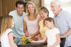 mealtime еды семьи подготовляя совместно стоковое фото