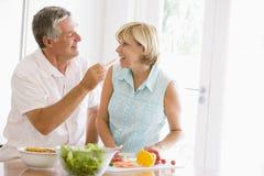 mealtime еды супруга подготовляя совместно супруги стоковые изображения