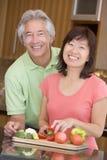 mealtime del pasto del marito che prepara insieme moglie fotografia stock libera da diritti