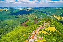 Meander Queuille na Sioule rzece w Francja zdjęcia stock