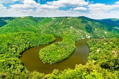 Meander Queuille na Sioule rzece w Francja zdjęcia royalty free