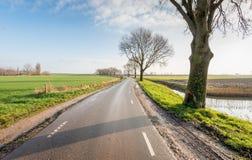 Meandering wiejska droga w sezonie jesiennym Obrazy Royalty Free