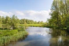 Meandering zatoczka w wiejskim krajobrazie w wiośnie Zdjęcie Stock