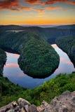 Meandri del fiume la Moldava vicino a Praga, posizione di vantaggio famosa di bello paesaggio ceco durante il tramonto Fotografie Stock