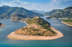 Meandros de la presa Kardjali, río de Arda en Bulgaria del sur, posición ventajosa famosa Imagen de archivo