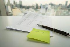 Meassage anmärkning av mötet på grön postit Arkivbild