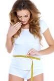 Measurig della donna incinta la sua pancia Immagini Stock