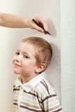 Measuring child growth Royalty Free Stock Photography