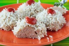 Meat klumpa ihop sig med rice pläterar på Fotografering för Bildbyråer