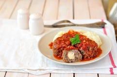Meat klumpa ihop sig i tomatsås Arkivbilder