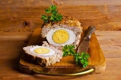 Meat Loaf med det kokta ägget Arkivfoto