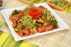 Meat med grönsaker och pasta royaltyfria bilder
