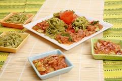 Meat med grönsaker och pasta royaltyfri foto