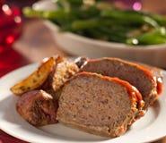 Meat släntrar med grillade örtpotatisar Royaltyfria Bilder