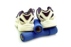 Meatal αθλητικά παπούτσια μπουκαλιών ποτών που απομονώνονται Στοκ εικόνες με δικαίωμα ελεύθερης χρήσης