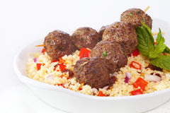 Meatball Kebabs över Couscous Royaltyfri Bild