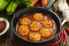 Meatballs com vegetais foto de stock royalty free