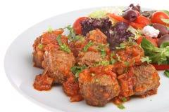 Meatballs med grekisk sallad Arkivbild