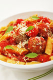Meatballs med Penne pasta Arkivbild
