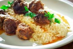 Meatballs med Rice fotografering för bildbyråer