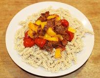 Meatless strikt vegetarianmaträtt med pastagrönsaker och jackfruitsås som perfekt strikt vegetarianköttersättning royaltyfri fotografi