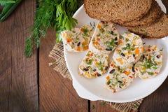 Meatloaf κοτόπουλου σάντουιτς με τα λαχανικά Τοπ όψη Στοκ Φωτογραφία
