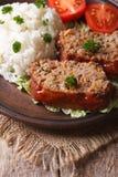 Meatloaf με το ρύζι και λαχανικά σε μια κινηματογράφηση σε πρώτο πλάνο πιάτων, κάθετη Στοκ φωτογραφία με δικαίωμα ελεύθερης χρήσης