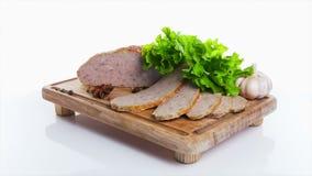 Meatloaf cinzelado com salsa e alecrins na placa video estoque