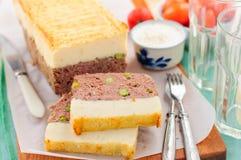 Meatloaf coberto com a batata triturada de queijo fotografia de stock royalty free