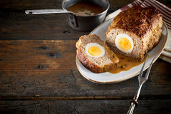 Meatloaf com enchimento do ovo imagens de stock