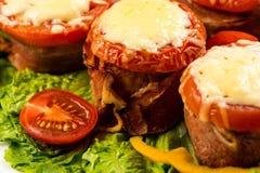 Meatloaf delicioso com espinafres, queijo e tomate na placa no fundo branco imagem de stock
