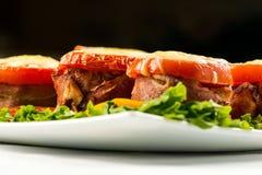 Meatloaf delicioso com espinafres, queijo e tomate na placa no fundo branco fotografia de stock royalty free
