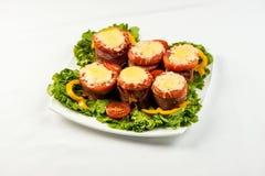 Meatloaf delicioso com espinafres, queijo e tomate na placa no fundo branco fotografia de stock